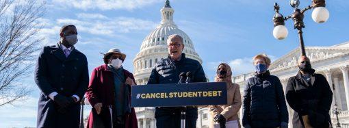 Отказва ли се Байдън от опрощаването на студентски заеми в голям мащаб?
